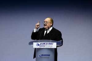 En février 2017, Franck de Lapersonne chauffe la salle d'un meeting de Marine Le Pen.