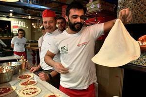 L'art du pizzaïolo napolitain vient d'être classé par l'Unesco au patrimoine immatériel de l'Humanité.