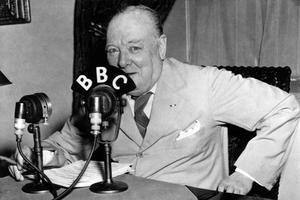 Winston Churchill prononçant un discours à la BBC le 14 mai 1943.