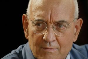 Passionné d'histoire de France, Max Gallo a activement participé à la vie politique française.