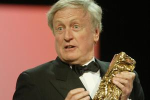Claude Rich recevant son césar d'honneur le 2 mars 2002.