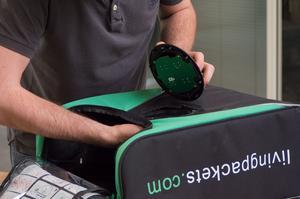 Montage d'un boîtier de sécurité sur un sac de transport