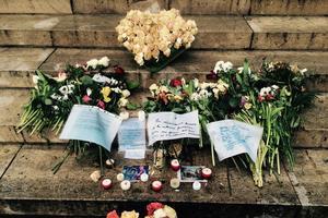 Fleurs, bougies et message de condoléances à La Madeleine.