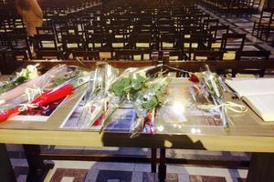 La table haute sur laquelle le livre d'or est installé.