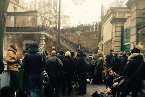 Badauds et journalistes devant le portail du cimetière. En haut, d'autres fans aussi.