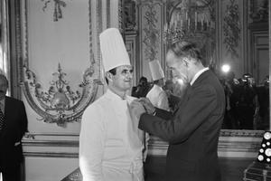 Le 25 février 1975, Valéry Giscard d'Estaing lui remet la légion d'honneur.