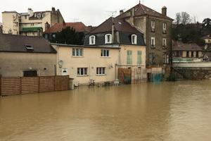Les habitants assistent à l'inondation de leur maison.