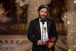 Casey Affleck recevant un Oscar un 2017.