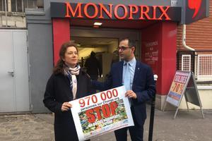 Geneviève Wills et Arash Derambarsh devant le Monoprix de Courbevoie.