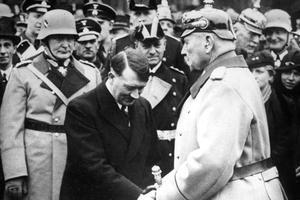 Hitler, nouveau chancelier, salue le président von Hindenburg le 30 janvier 1933.