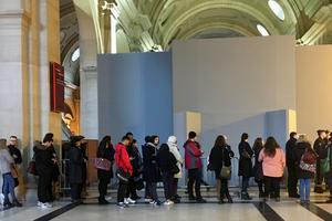 Le public attend devant la salle où le procès Bendaoud sera retransmis.