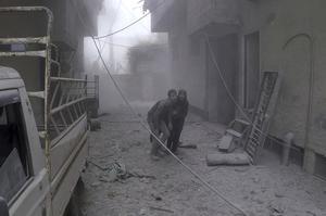Des civils fuyant les bombardements ce mardi.