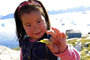 Petite fille Inuit rencontrée dans le village de Kullorsaq au Groenland.