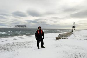 Nicolas Dubreuil devant le mémorial de Franklin sur l'île de Beechey (Canada).