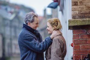 Le célibataire par choix, le sexagénaire Reynolds (Daniel Day-Lewis) tombe sous le charme de la jeune Alma (Vicky Krieps).
