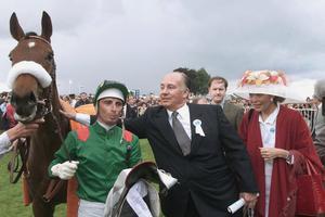 A Chantilly, en 1999, l'Aga Khan et son jockey Gérald Mossé, vient de remporter le Prix de Diane, avec la pouliche Daryaba.