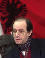 Ibrahim Rugova, derrière le drapeau albanais en 1998.