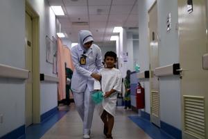 Un garçon après son opération de circoncision en Malaisie.
