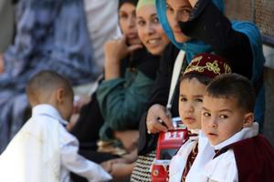 Des garçons attendent leur cérémonie de circoncision en Algérie.