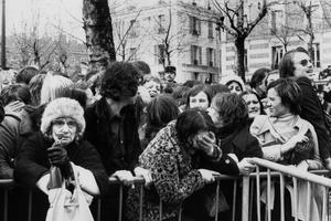 Les fans sont en pleurs à l'enterrement de l'idole le 15 mars 1978.