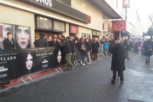 Les premiers mouvements de masse ont lieu vers 18h20 lorsque la file du boulevard qui déborde du trottoir commence à avancer à l'intérieur du cinéma.