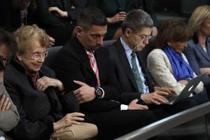 Herlind Kasner (à gauche), la mère de la chancelière, et l'époux de cette dernière Joachim Sauer (à droite), mercredi au Bundestag.