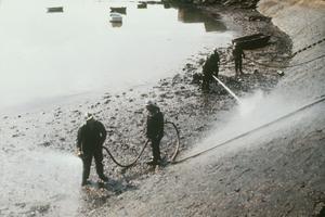 Des volontaires aident à nettoyer les plages bretonnes près de Roscoff, en mars 1978.