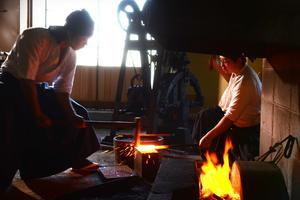 Nakanishi, le maître forgeron, <br/>et son apprenti créent une lame <br/>de sabre qui allie tranchant, dureté et durabilité. Des propriétés communes avec le rasoir Panasonic ES-LV9Q (349€).