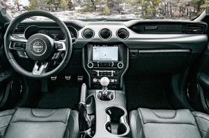 Un grand écran de 12 pouces permet de gérer les systèmes du véhicule. Un badge Bullitt est placé sur la planche de bord, devant le passager.