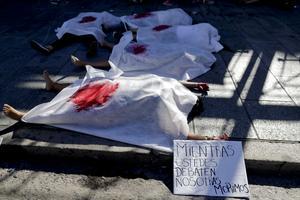 «Pendant que vous débattez, on meurt» inscrit sur une pancarte lors des manifestations pro IVG du 8 mars.