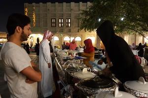 Sur la place du Souk Waqif, les femmes vendent des plats préparés.