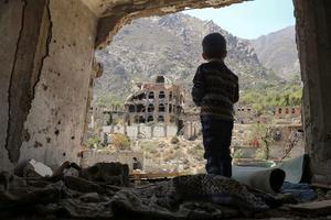 Un enfant yéménite au milieu des dommages causés par une frappe aérienne au Yémen.