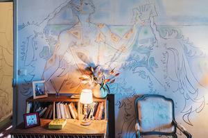 Ici, Jean Cocteau était le « <i>marquis</i>» et Francine Weisweiller « <i>la marquise en proie au lierre</i>». Parce qu'il s'ennuyait, le poète a entrepris de réaliser <br/>toutes les fresques <i>a tempera</i>, sans dessin préalable. « <i>Pour fixer la couleur, il avait délayé des poudres dans du lait cru, un ouvrier italien l'aidant à les préparer. Je l'imaginais tel un sorcier préparant ses philtres d'amour</i>», se souvient Carole Weisweiller.