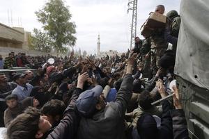 Des civils syriens lors d'une distribution de nourriture à la Ghouta.