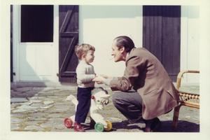 Avec son père en 1965.