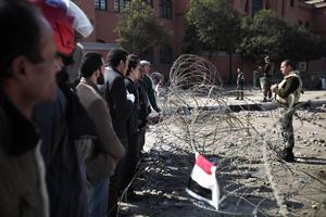 6 février 2011, place Tahrir. Les soldats égyptiens tentent de séparer les manifestants anti et pro gouvernementaux avec des barbelés.