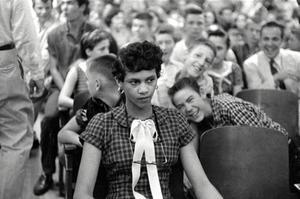 Dorothy Counts, moquée par ses camarades de classe.