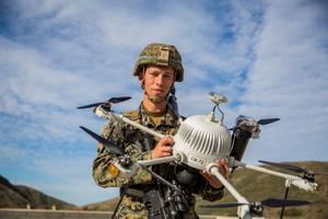 Un soldat américain présente un drone spécialisé dans les missions de reconnaissance.