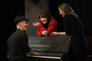 Pierre Notte, parfois au piano pour accompagner sa sœur Marie, qui chante, interroge Judith Magre sur son parcours, sa vie, ses travaux et ses jours.
