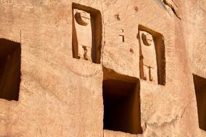 Comme dans la Jordanie voisine, le site comprend des tombeaux creusés dans la roche.