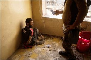 Les forces irakiennes ont arrêté des soldats de Daech à Mossoul: certains portaient des tee-shirts à l'effigie de la France, signe qu'ils ont côtoyé des djihadistes français. Reportage sur la bataille de Mossoul, juillet 2017.