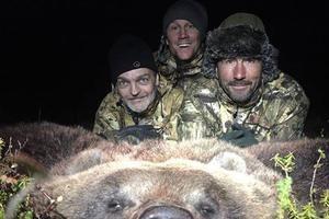Luc Alphand derrière une peau d'ours.