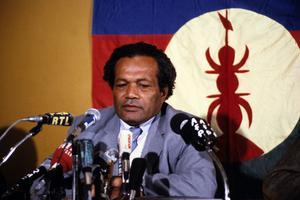 Jean-Marie Djibaou, dirigeant du FLNKS et figure de l'indépendantisme kanak en 1985.