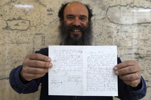 Meron Eren, la lettre en mains.