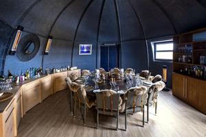 White Desert, unique camp de luxe installé dans l'Antarctique, à 5h30 d'avion privé de Cape Town, sert de base arrière   d'un confort inouï   à des expéditions exclusives de spéléologie glaciaire ou de visite du pôle Sud.