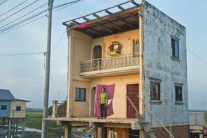 Né en 1993 au Cambodge, Sopheak Vong fait poser les habitants dans leurs demeures détruites devant des tissus. Sa série a marqué le dernier Photo Phnom Penh 2017.