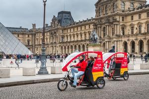 Dans la cour du Louvre
