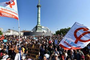 Les drapeaux de la France insoumise avec la lettre Phi, place de la Bastille, le 5 mai.