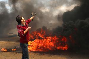 Un Palestinien utilisant un lance-pierre lors des heurts à Gaza.