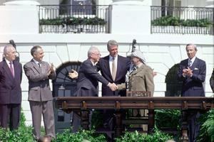 Poignée de main entre Rabin et Arafat.
